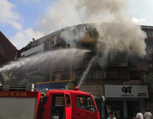 Cảnh sát chữa cháy nhanh chóng kiểm soát đám cháy