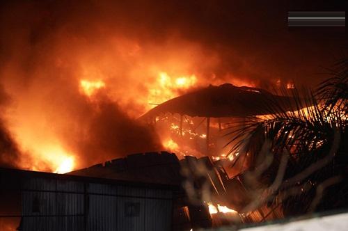 Khu nhà xưởng rộng đã bị cháy rụi