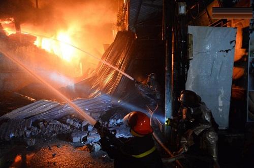 Lực lượng cứu hỏa tích cực phun nước dập tắt đám cháy
