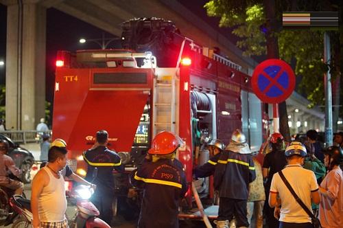 Nhiều xe cứu hỏa được điều động