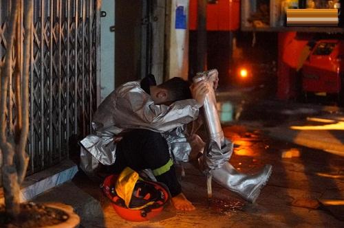 Một cảnh sát cứu hỏa mệt mỏi sau nhiều tiếng đồng hồ làm nhiệm vụ