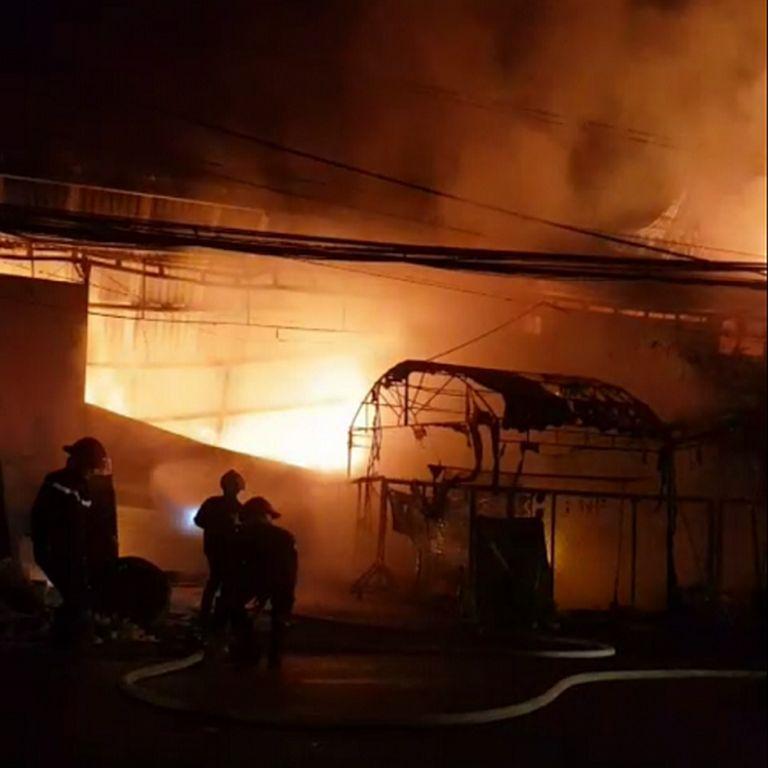 Cảnh sát cứu hỏa tiếp cận hiện trường vụ cháy