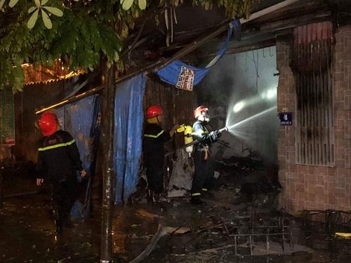 Lính cứu hỏa tích cực dập lửa