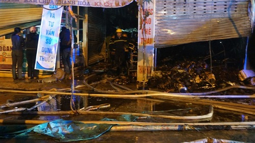 Các ki ốt bán hàng bị thiêu rụi sau vụ cháy