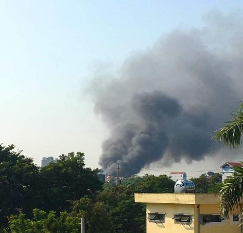 Vụ cháy lớn tạo cột khói bốc cao hàng chục mét
