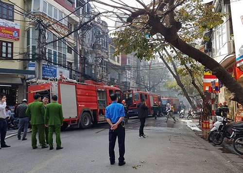 Cảnh sát phòng cháy chữa cháy tích cực dập lửa