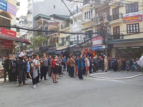 Rất đông người dân theo dõi vụ cháy