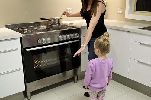 Cho trẻ sử dụng bếp gas một cách an toàn