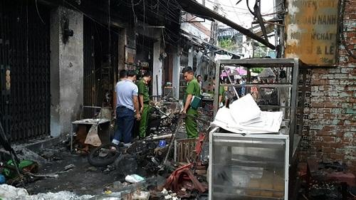 Cảnh sát thực hiện kiểm kê thiệt hại và điều tra hiện trường