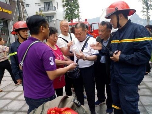 Du khách nhận lại đồ đạc cá nhân sau vụ cháy