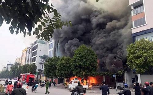 Ngọn lửa cực lớn với cột khói đen dày đặc
