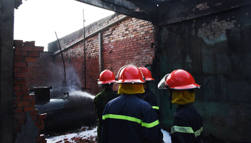 Cảnh sát phòng cháy chữa cháy phải phá tường để xịt bể chứa nhiên liệu