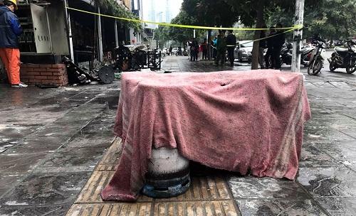 Một số bình gas được đưa ra xa khu vực hỏa hoạn