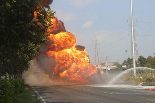 Xe bồn chở xăng cháy dữ dội